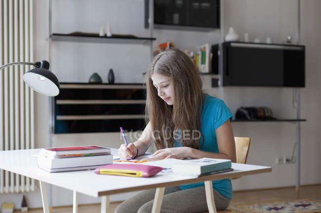 Fille concentrée étudiant au bureau à la maison — Photo de stock
