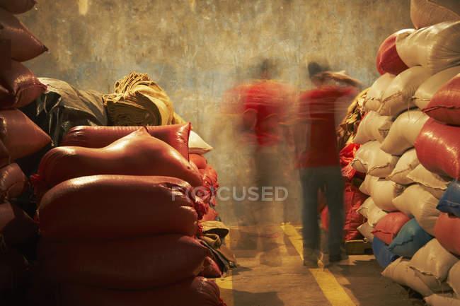 Turva o movimento de operários no armazém — Fotografia de Stock