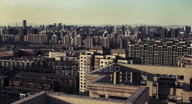 Vista aérea do bairro residencial contra o céu nebuloso — Fotografia de Stock
