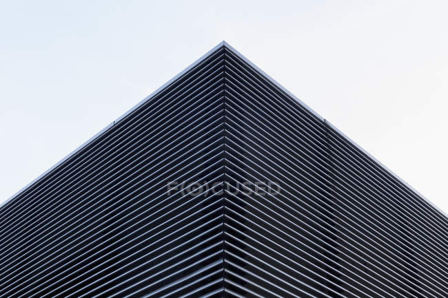 Low angle view of modern building against sky — Stock Photo