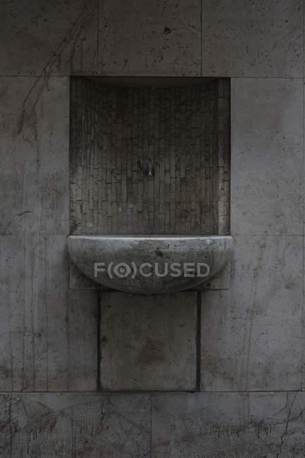 Фронтальний вид старого бетонні раковина на стіні — стокове фото