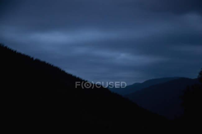 Veduta delle montagne al crepuscolo — Foto stock