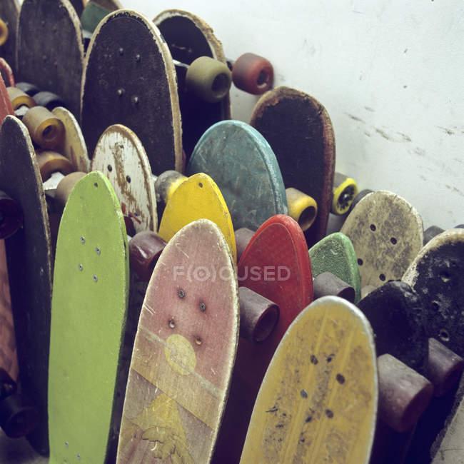 Linhas de skates usados encostados a uma parede — Fotografia de Stock