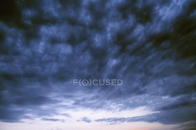 Vista de baixo ângulo da paisagem tempestuosa resistente — Fotografia de Stock