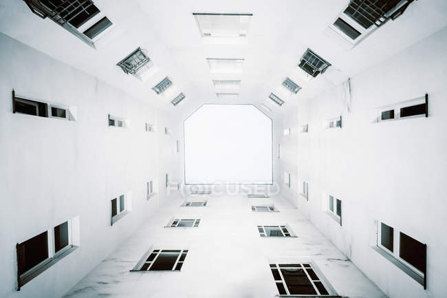 Direkt unterhalb der Innenhoffassade des Gebäudes — Stockfoto