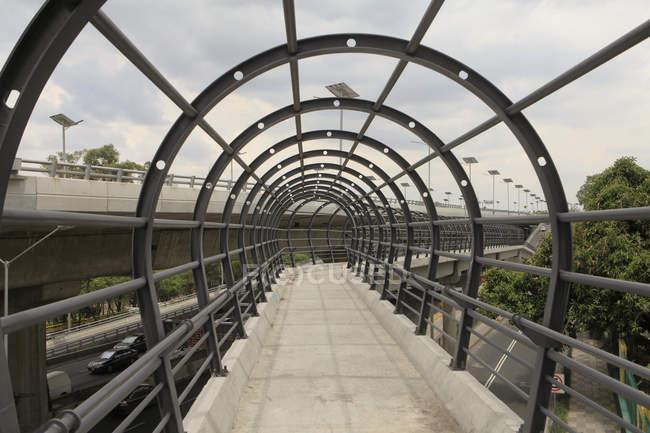 Arcos metálicos na ponte vazia contra o céu — Fotografia de Stock