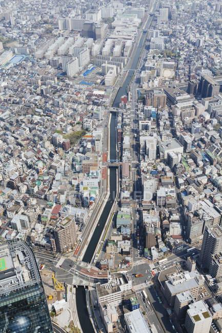 Vue aérienne de faible angle de façades de bâtiments de ville et sur les toits — Photo de stock