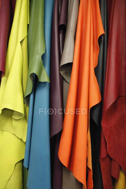 Крупным планом зрения различных цветов кожи текстиля — стоковое фото