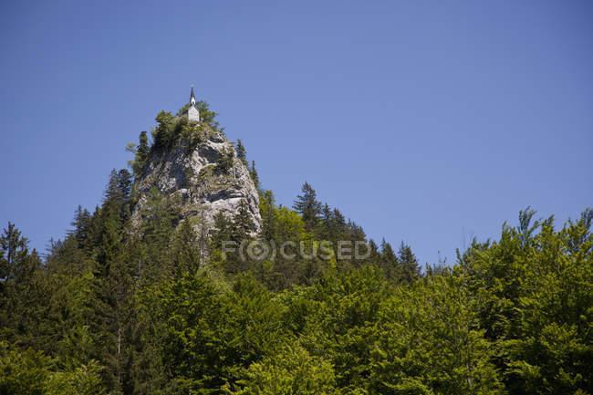 Vista distante da igreja no topo da falésia — Fotografia de Stock
