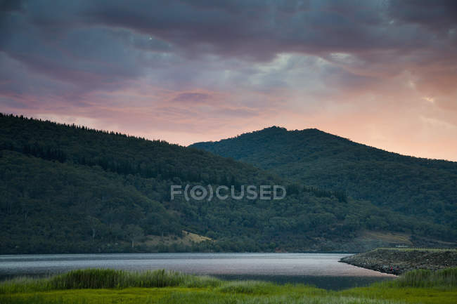 Calme vue montagnes et lac au crépuscule — Photo de stock