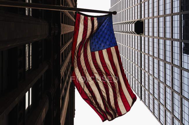 Blick von unten auf amerikanische Flagge und Bürogebäude — Stockfoto