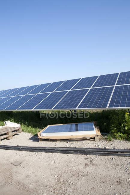 Сонячні батареї станції під будівництво — стокове фото