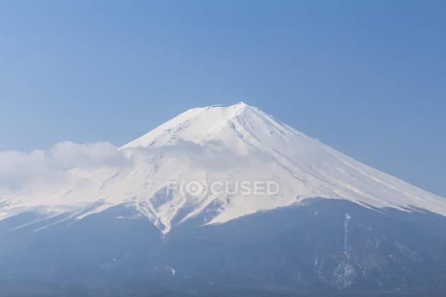 Vue panoramique du mont Fuji contre un ciel bleu clair — Photo de stock
