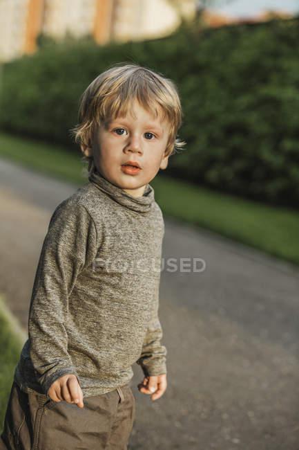 Портрет милого мальчика, стоящего на тропинке — стоковое фото