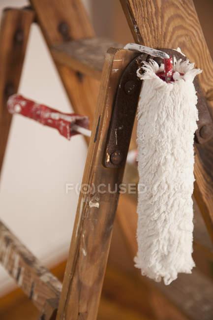 Малярні валики висить від деревини крок сходи — стокове фото