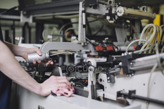 Bild der Arbeiter Ölen der Maschine im Werk abgeschnitten — Stockfoto