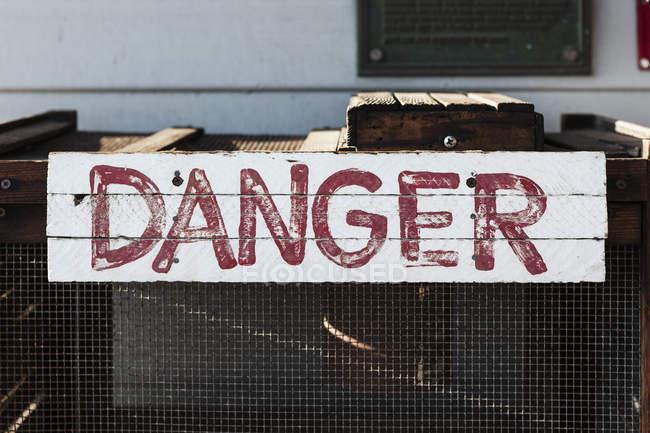 Знак рукописні небезпеці на металевому — стокове фото