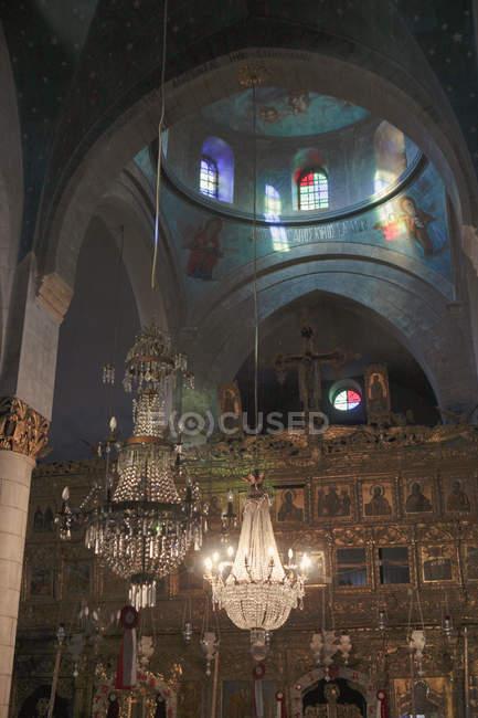 Vista de alto ângulo do candelabro pendurado na igreja velha — Fotografia de Stock