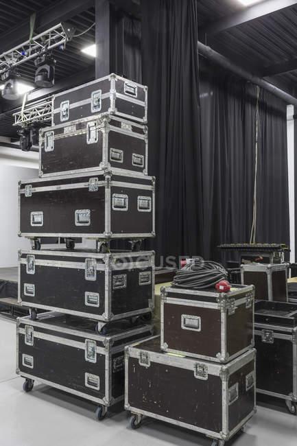 Пачка коробок аудиоаппаратуры в студии — стоковое фото