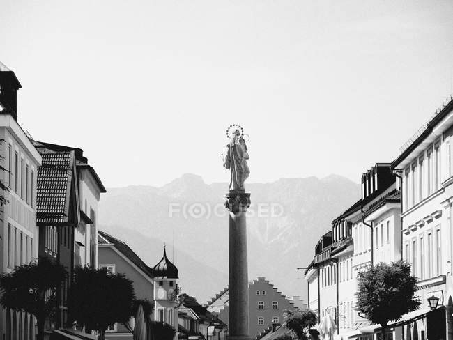 Virgin Mary statue on column amidst buildings — Foto stock