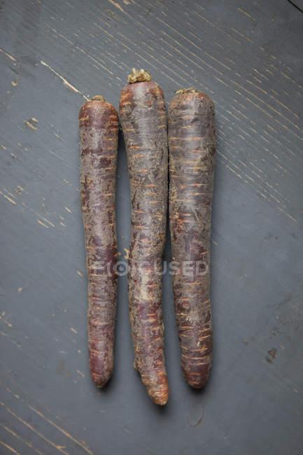 Vue de dessus des carottes sur table en bois — Photo de stock