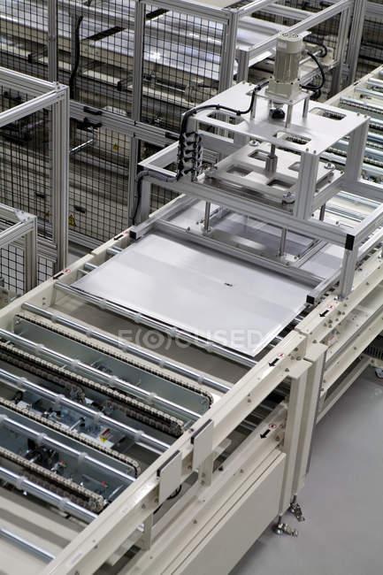 Линия производства солнечных панелей на промышленных предприятиях — стоковое фото