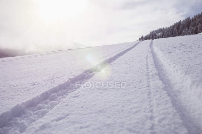 Marca de pneu na paisagem coberta de neve — Fotografia de Stock