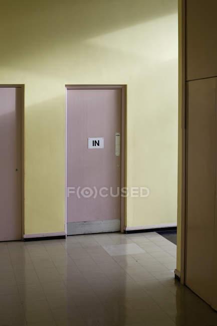 Schild an Tür im leeren Flur — Stockfoto