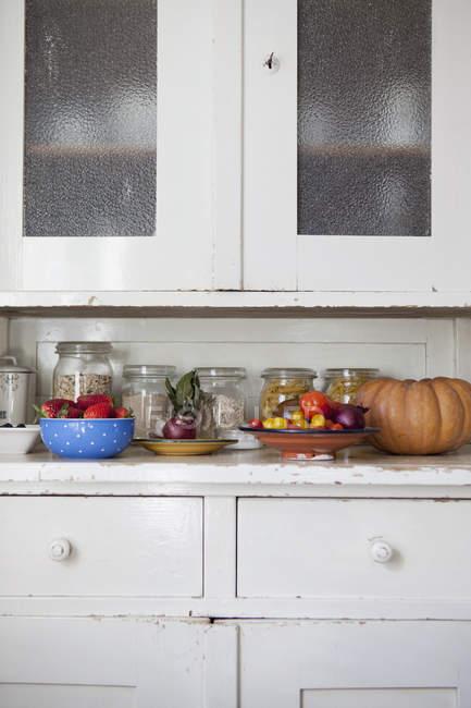 Vários vegetais no balcão da cozinha — Fotografia de Stock