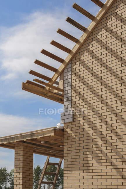 Maison avec toit en bois en construction — Photo de stock