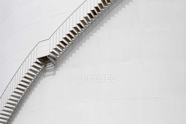 Низкий угол обзора лестницы на белый фасад — стоковое фото