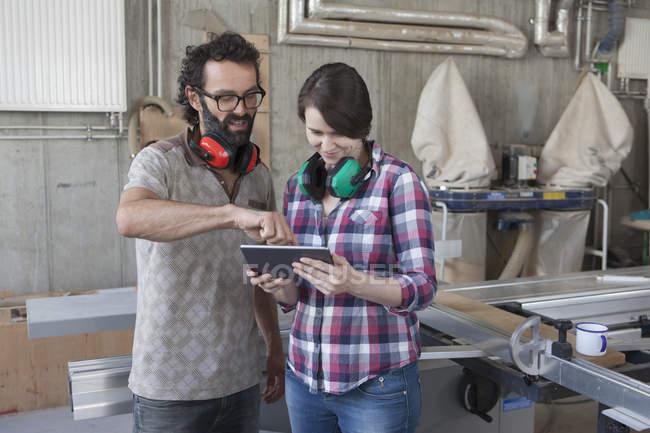 Tischler mit digitalen Tablet im Workshop — Stockfoto