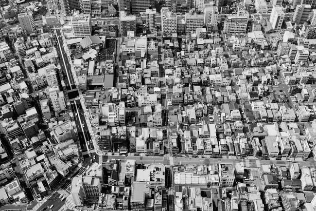 Vue de faible angle de vue aérienne des bâtiments du quartier résidentiel — Photo de stock