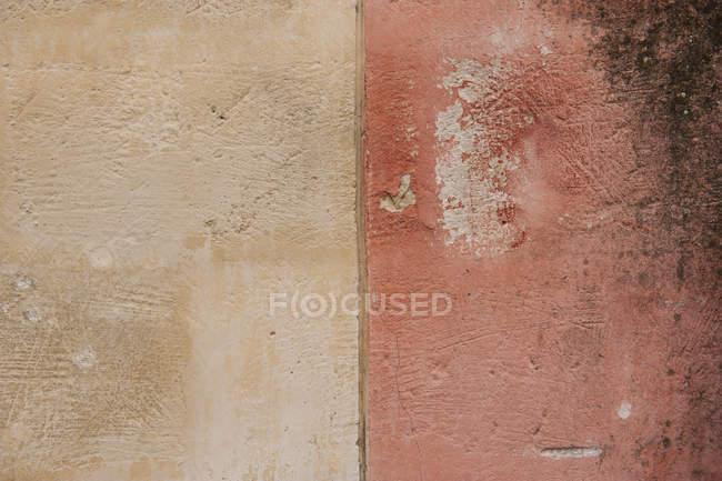 Крупним планом вид вивітрюванню пофарбовані стіни — стокове фото