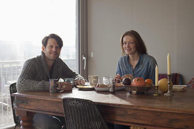 Портрет посміхаючись пару сплячих сніданок в обідній стіл — стокове фото