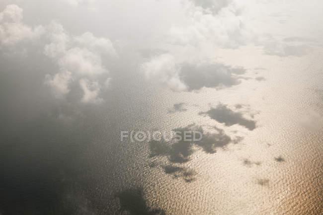 Vista aerea delle nuvole sulla superficie del mare — Foto stock