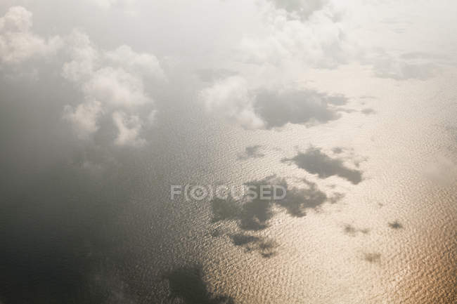 Vista aérea de las nubes sobre la superficie del mar - foto de stock