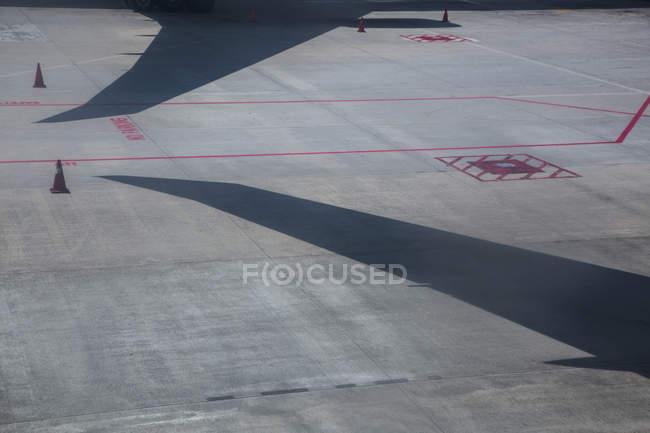 Vista de alto ângulo das sombras do avião na pista do Aeroporto — Fotografia de Stock