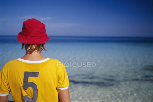 Rear view of young woman looking at view of sea — Stock Photo