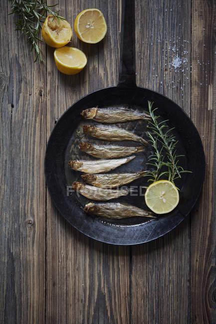 Draufsicht der Meeresfrüchte Kochen Pfanne auf Holztisch — Stockfoto