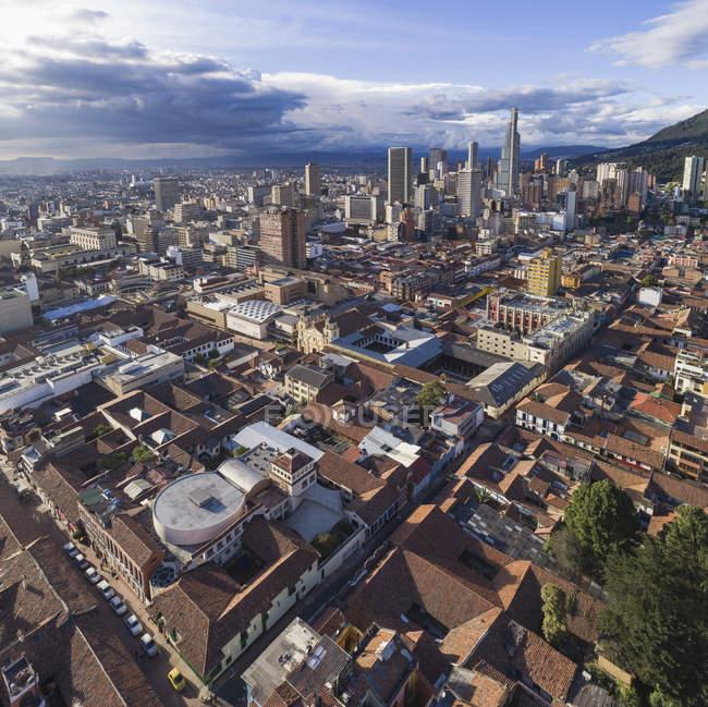 Vista aérea del paisaje urbano con tejados y rascacielos - foto de stock