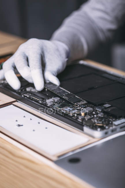Detail image of male technician repairing digital tablet at electronics store — Stock Photo