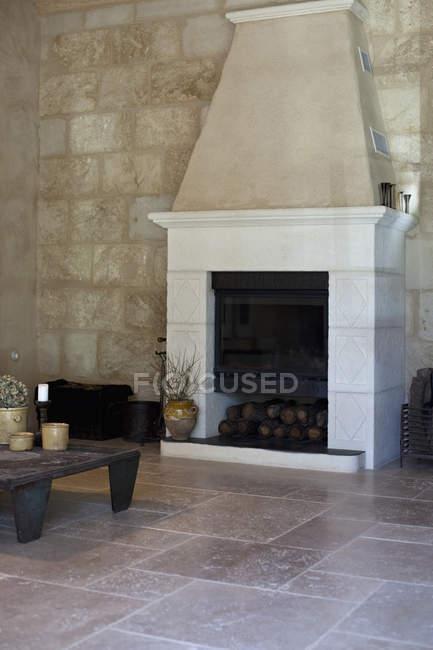 Интерьер гостиной с мраморным камином. — стоковое фото