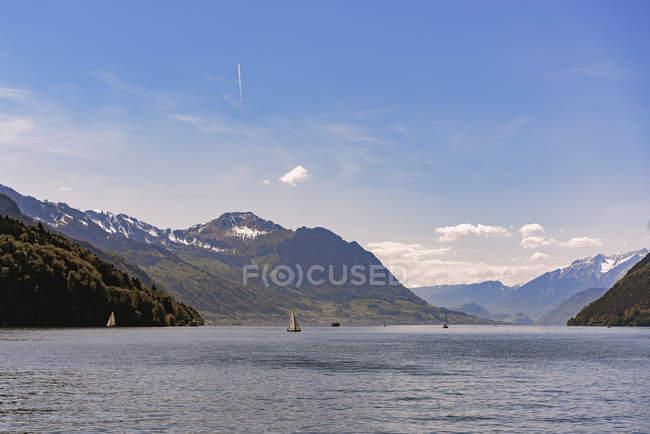 Paisagem panorâmica do lago e da cordilheira sobre o céu azul — Fotografia de Stock