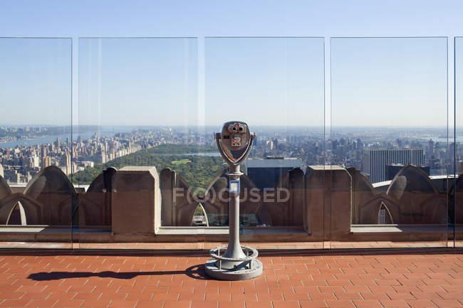 Jumelles à pièces sur le pont d'observation surplombant Manhattan — Photo de stock