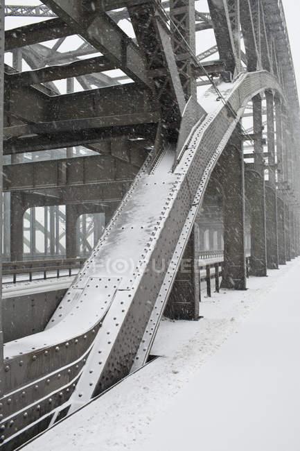Detalhe da estrutura metálica da ponte rodoviária na tempestade de neve — Fotografia de Stock
