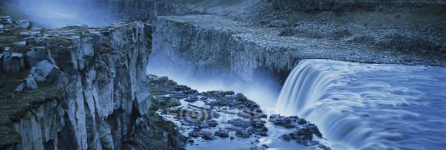 Высокий угол зрения водопад от скалистого утеса, Dettifoss, Исландия — стоковое фото