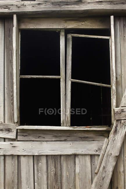Старая деревянная оконная рама — стоковое фото