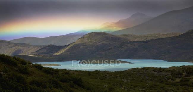 Atemberaubend ist der Regenbogen über Berge und See — Stockfoto
