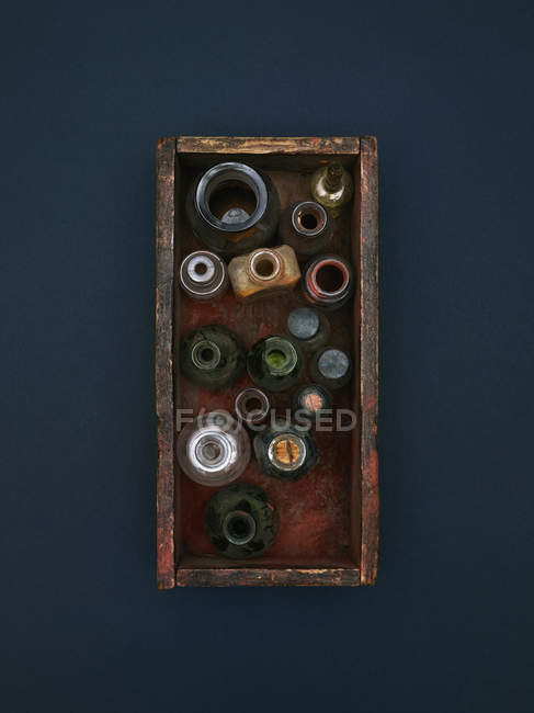 Прямо над постріл старих пляшки та банки в кошику — стокове фото